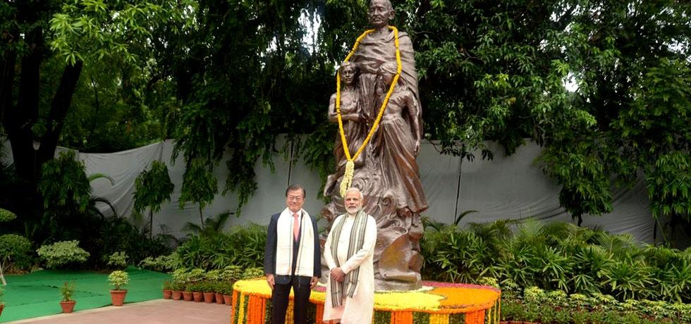 PM Narendra Modi and ROK President Moon Jae-in visiting Gandhi Smriti in New Delhi